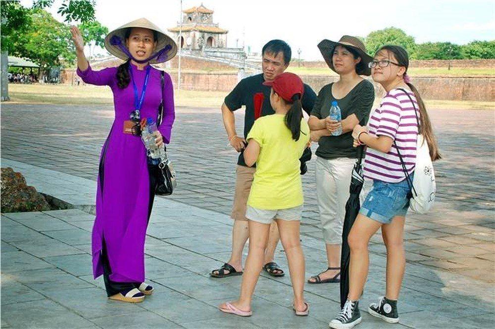 Làm hướng dẫn viên du lịch.